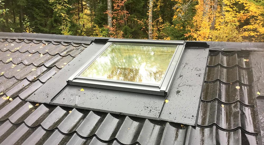 Kattoikkuna tai kattovalokupu vuotaa